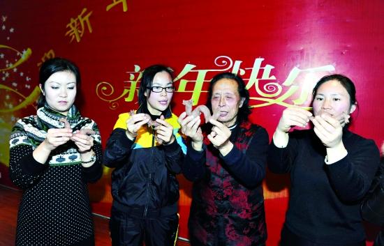 近日,来自浚县的著名民间艺人泥猴张(张希和)在市湘江小学现场表演泥塑绝技,并亲手教青年教师捏制泥龙,传承民间传统文化,几个女教师兴致勃勃地跟着泥猴张捏起泥龙来。                本报记者 李国庆 摄