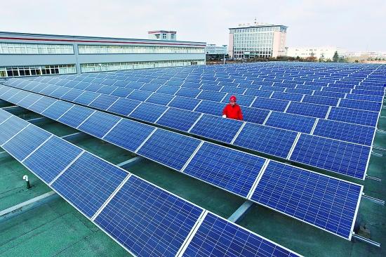 1月12日,工作人员在检查即发屋顶太阳能光伏发电站设备。   当日,大唐山东发电有限公司即发屋顶太阳能光伏发电站并网投运。该项目建设规模为3兆瓦,采用屋顶晶体硅光伏发电系统,有效利用青岛即发集团厂房屋顶面积4.5万平方米,预计年发电量达360万千瓦时,平均年节约标准煤1405吨,减排二氧化碳3653吨。 新华社发(梁孝鹏 摄)
