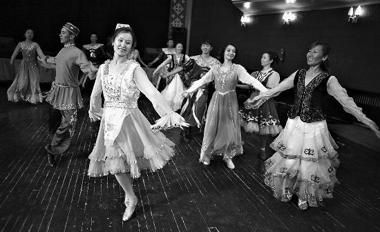 日,伊犁哈萨克自治州歌舞团演员 全团140多名演职员工来自哈萨克